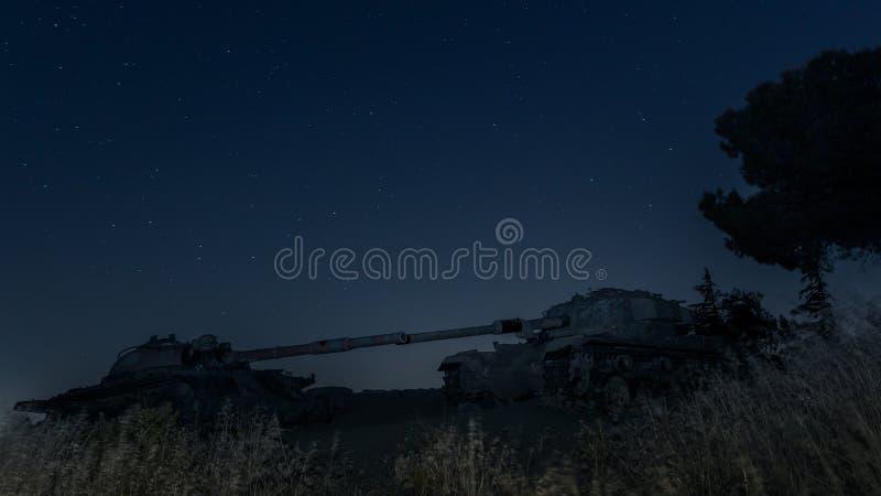 Um local memorável para soldados caídos do batalhão 77 da onça na noite O tanque matado está no campo de batalha no vale dos rasg fotos de stock royalty free