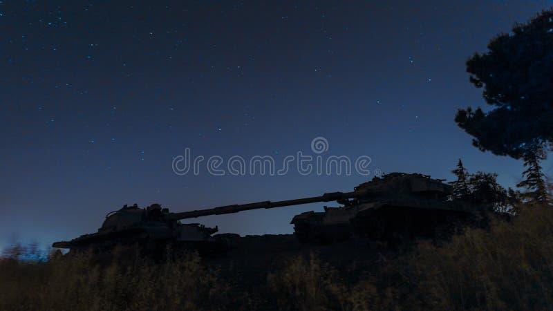 Um local memorável para soldados caídos do batalhão 77 da onça na noite Os tanques matados estão no campo de batalha no vale dos  foto de stock royalty free