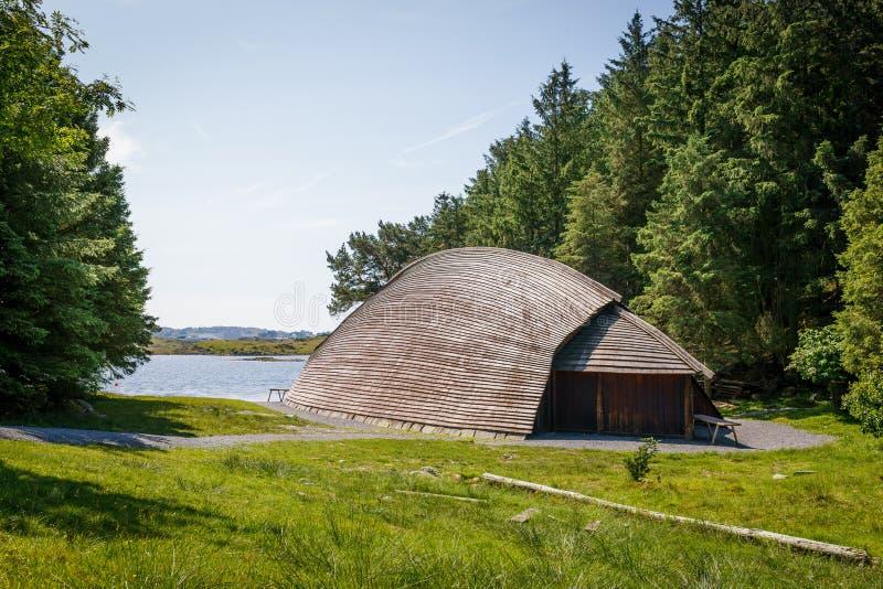 Um longhouse de viquingue na costa de Noruega fotografia de stock
