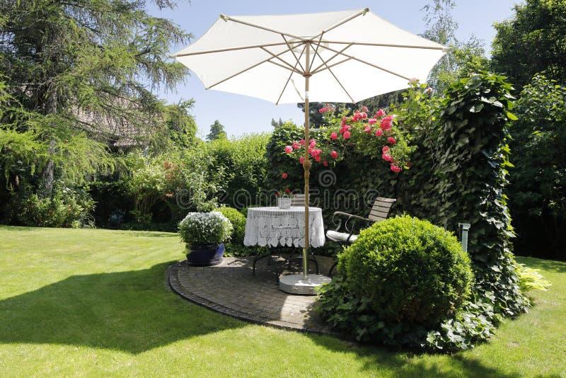 Um lugar bonito a assentar no jardim, quando o sol brilhar imagem de stock