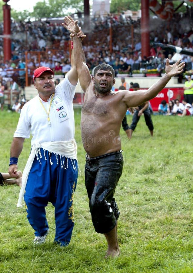 Um lutador é concedido a vitória no festival turco da luta romana do óleo de Kirkpinar em Edirne, Turquia imagens de stock royalty free