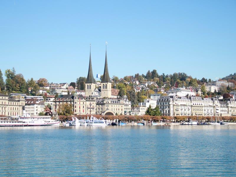Um Luzerner See von der Schweiz im Herbst lizenzfreie stockfotos