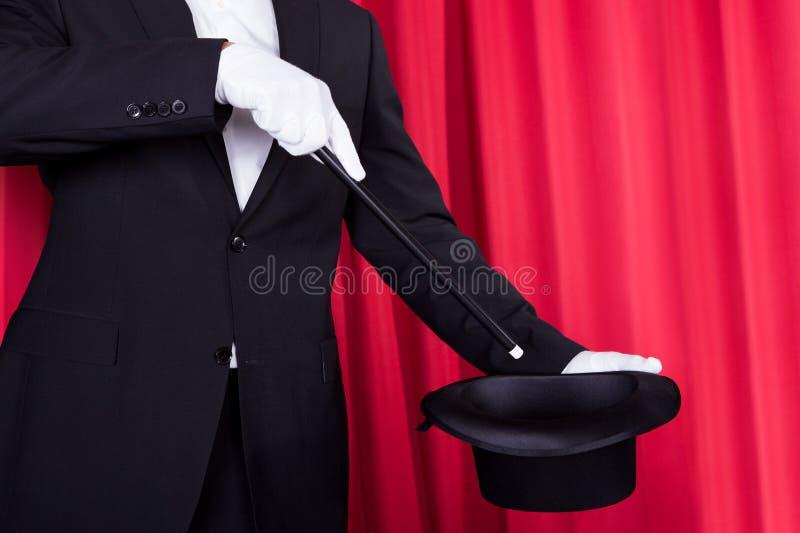 Um mágico em um terno preto imagens de stock royalty free