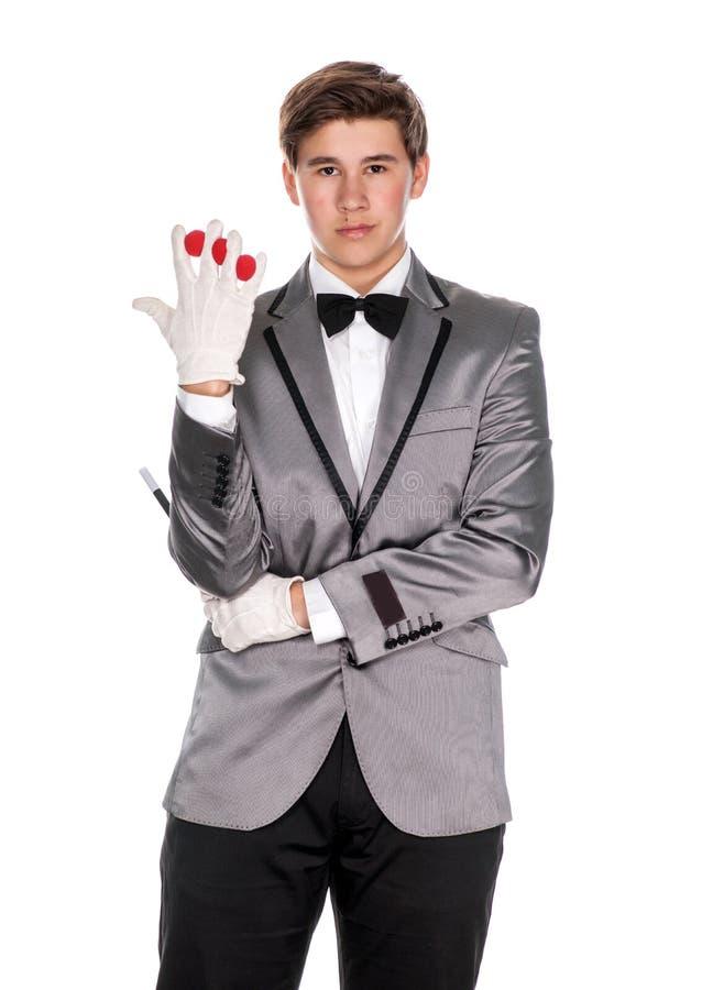Um mágico que guarda uma varinha mágica e bolas fotos de stock