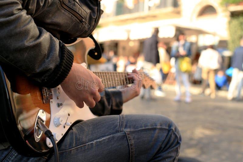 Um músico da rua fotografia de stock royalty free
