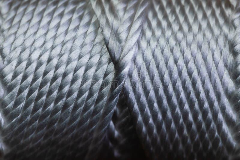 Um macro de um carretel da ferida da corda em um teste padrão muito simétrico em um tubo A imagem está no foco muito afiado e tem imagem de stock royalty free