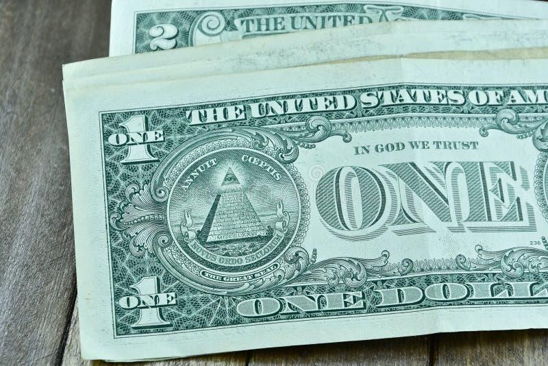 Um macro do close up da conta dos E.U. do dólar no fundo de madeira fotografia de stock
