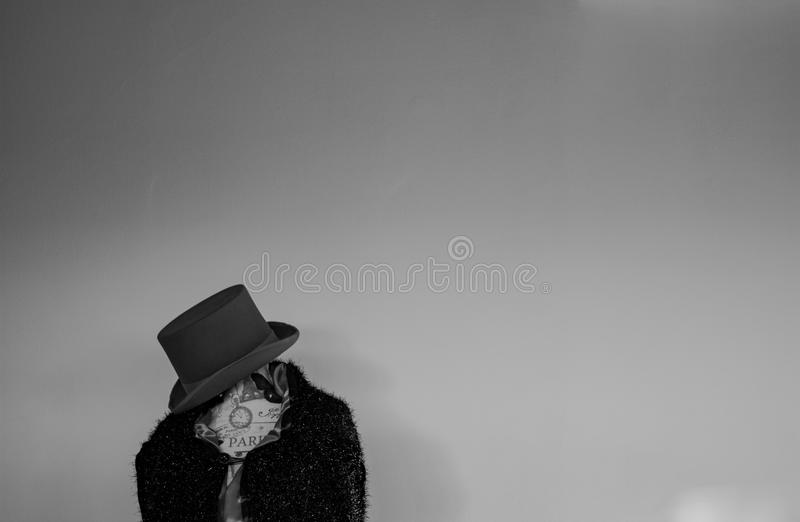 Um manequim vestiu-se no cabo e no chapéu com parede branca fotos de stock royalty free