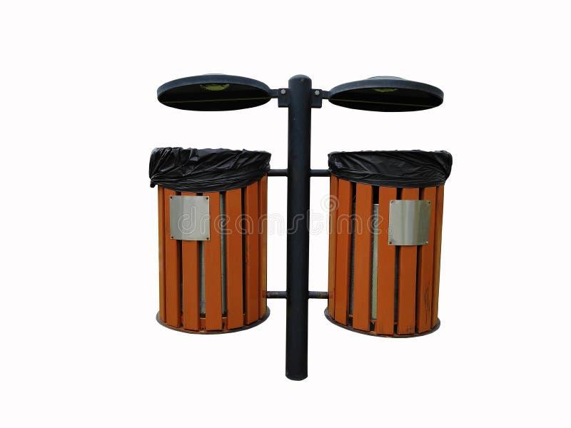 Um marrom do jardim de madeira e aço preto do caixote de lixo isolado no fundo branco imagem de stock