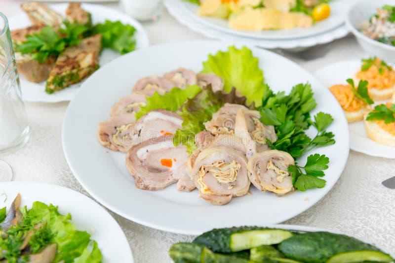 Um meatloaf delicioso perfumado, decorado com close-up das hortaliças foto de stock