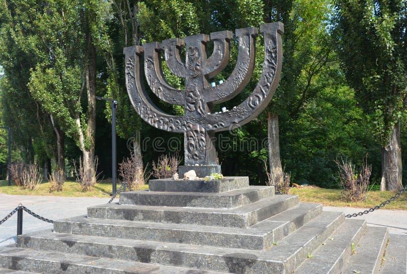Um memorial do menorah dedicado aos povos judaicos executados em 1941 em Babi Yar em Kiev por forças alemãs holocaust imagem de stock