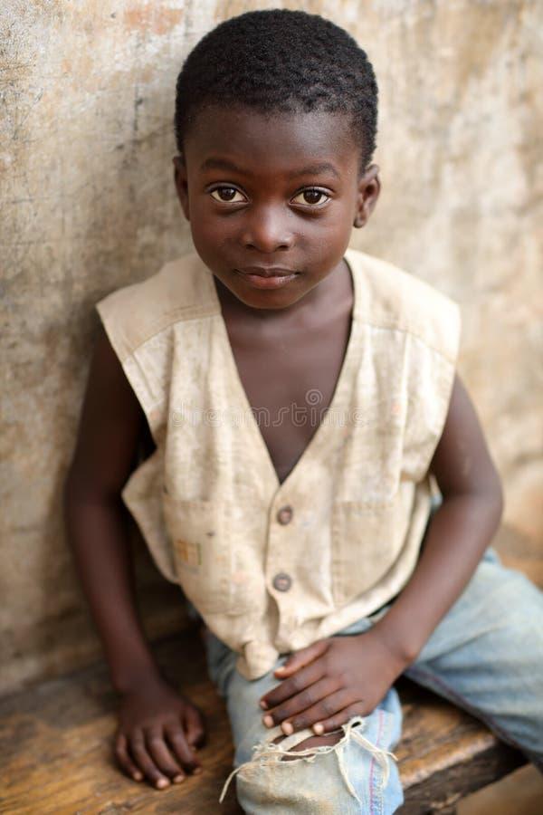 Um menino bonito em um precário em Accra, Gana imagens de stock royalty free