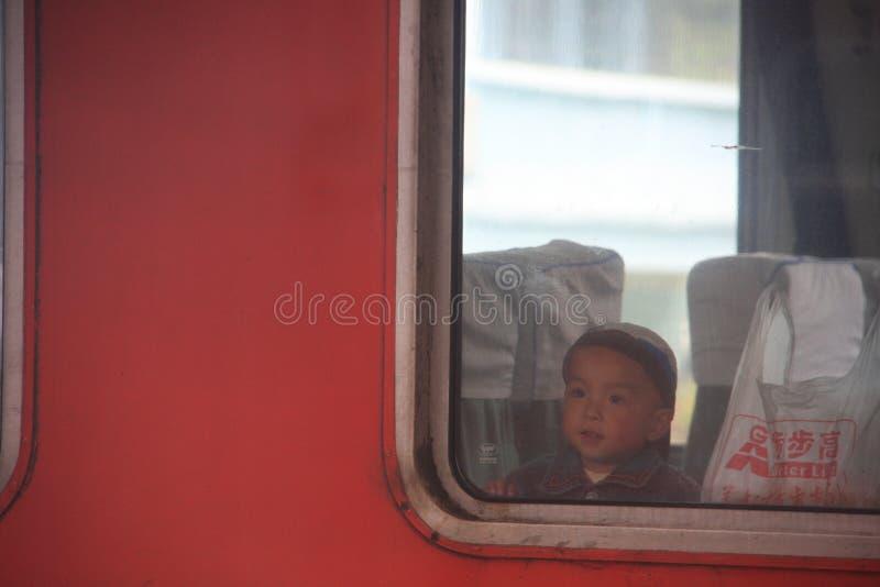 Um menino chinês dentro do trem Olhando a janela China Railwa imagem de stock