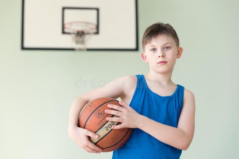Um menino com a bola imagem de stock royalty free