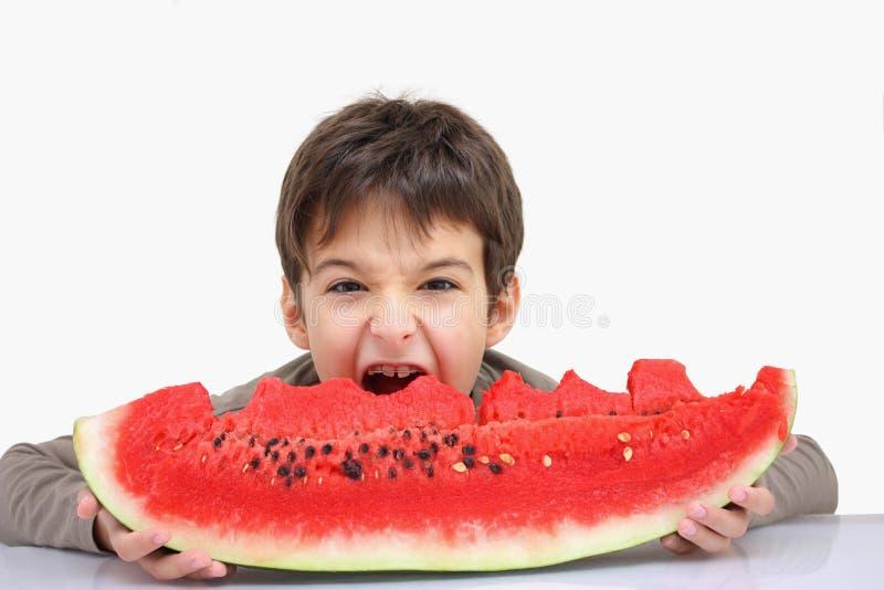Um menino com melancia imagens de stock