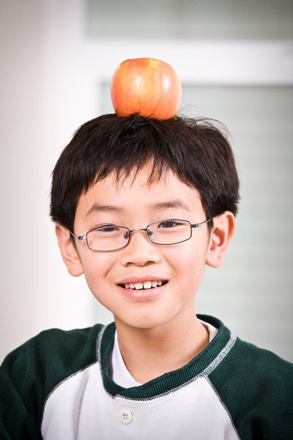 Um menino com uma maçã fotos de stock