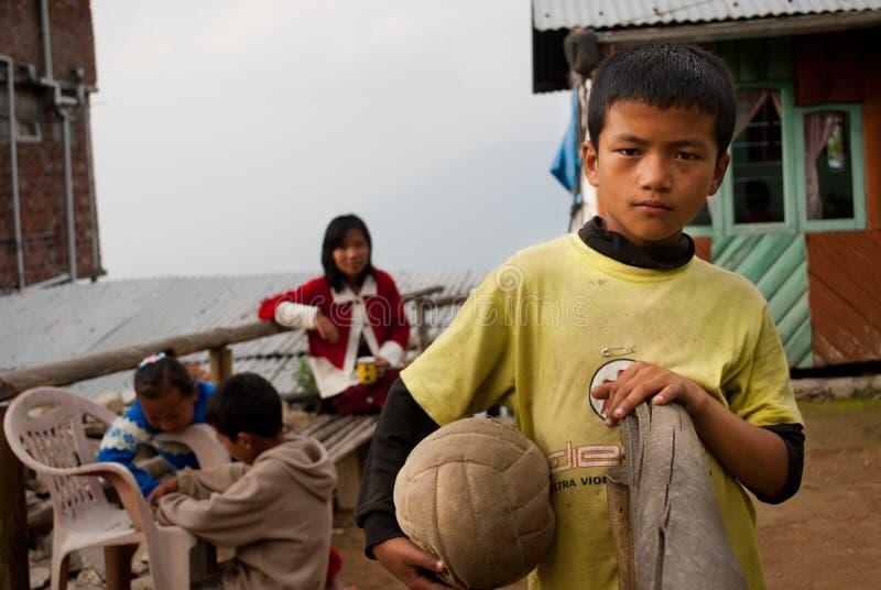 Um menino de Lepcha que guarda o futebol imagens de stock