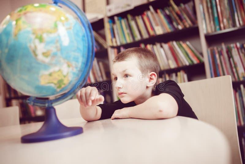 Um menino e o globo imagens de stock