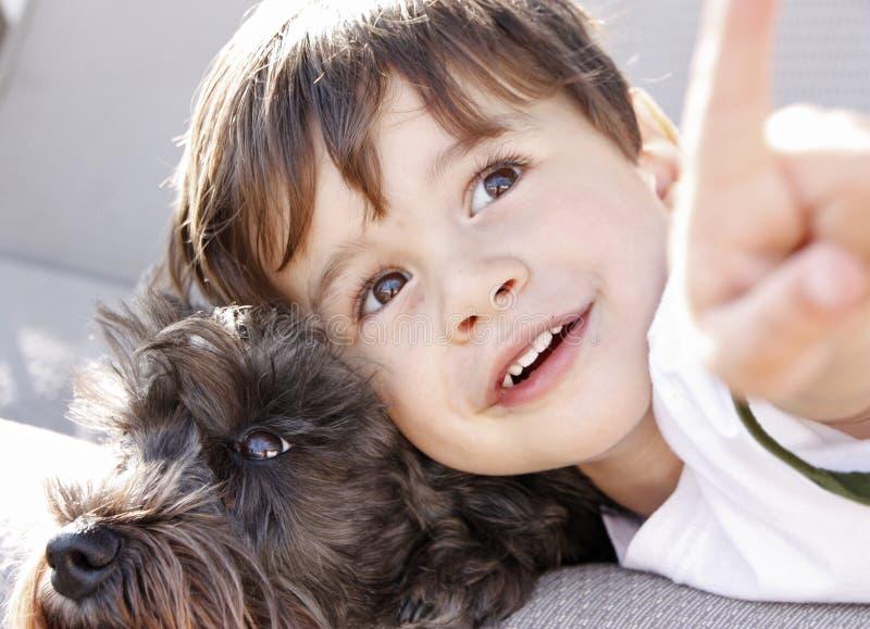 Um menino e seu cão imagens de stock