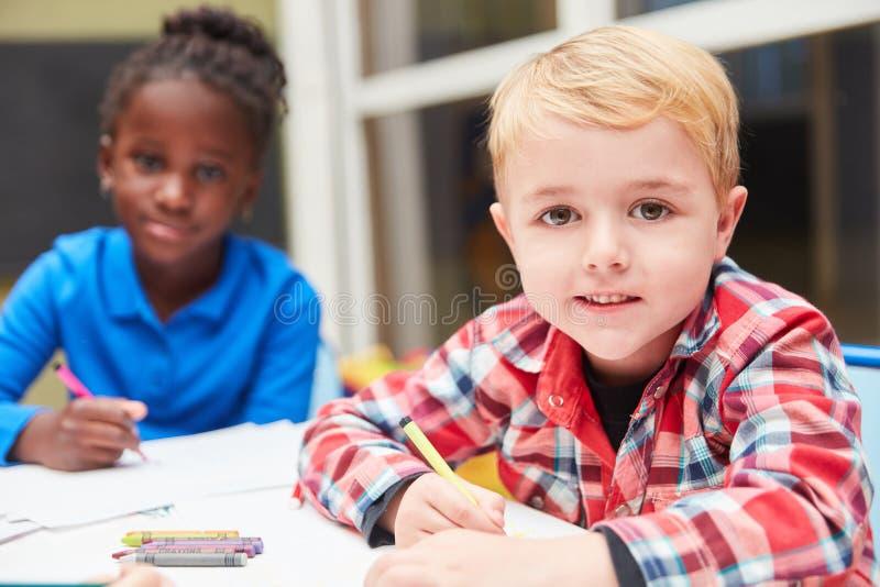 Um menino e uma menina estão pintando junto foto de stock royalty free