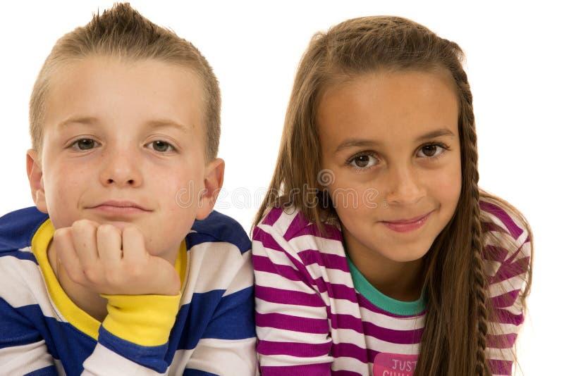 Um menino e uma menina que estabelecem para um retrato ocasional fotografia de stock