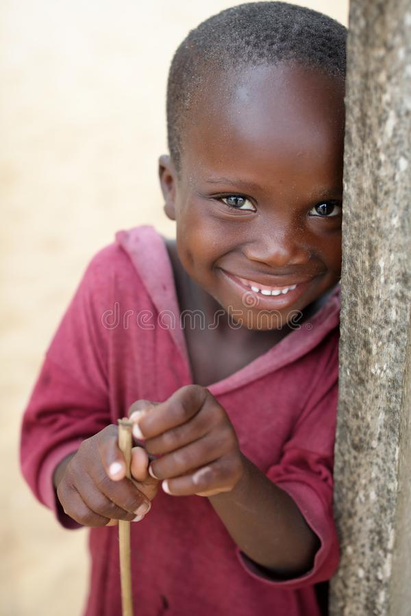 Um menino em um precário em Accra, Gana fotos de stock royalty free