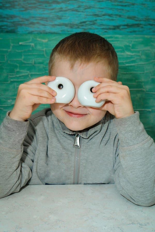 Um menino em uma tabela no pizaria fotografia de stock royalty free