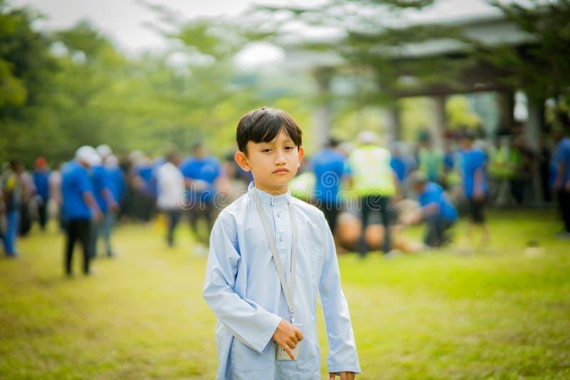 Um menino muçulmano novo na cerimônia do sacrifício no campo imagens de stock royalty free