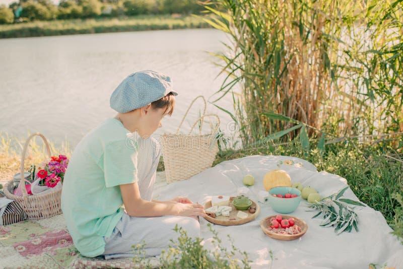 Um menino no banco de rio foto de stock royalty free