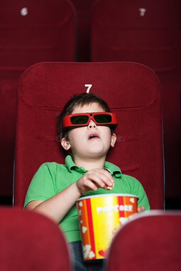 Um menino no cinema foto de stock royalty free