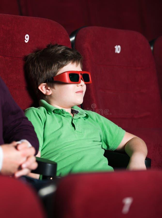 Um menino no cinema 3D fotografia de stock royalty free