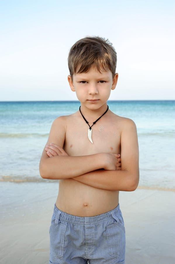 Um menino no mar fotos de stock