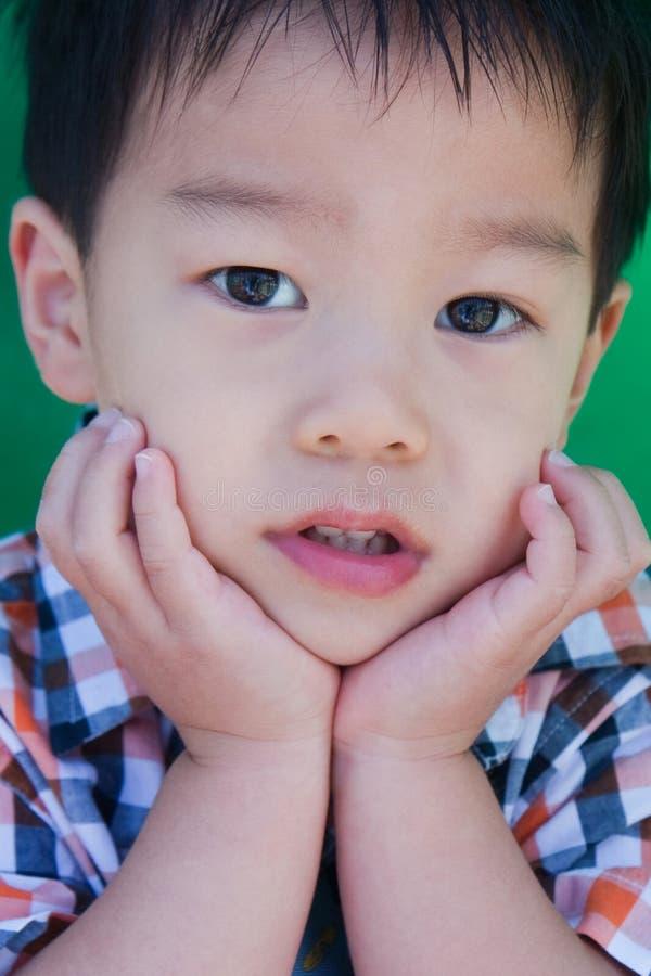 Um menino novo curioso imagem de stock royalty free