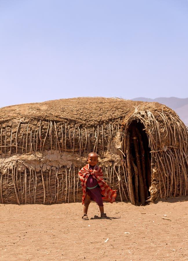 Um menino novo smilding de Massai, Tanzânia foto de stock