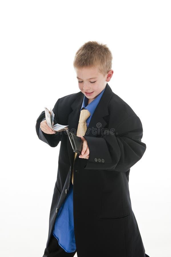 Um menino pequeno que finge ser um homem de negócios. imagens de stock