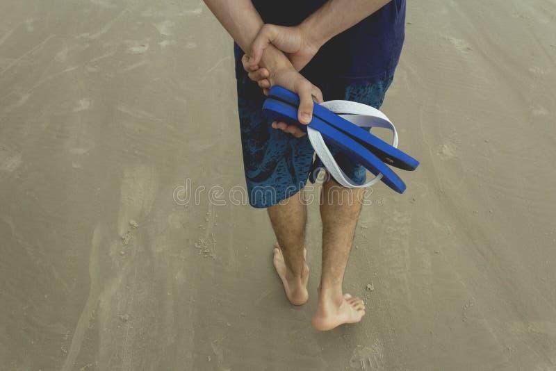 Um menino que anda na praia de São Paulo foto de stock royalty free