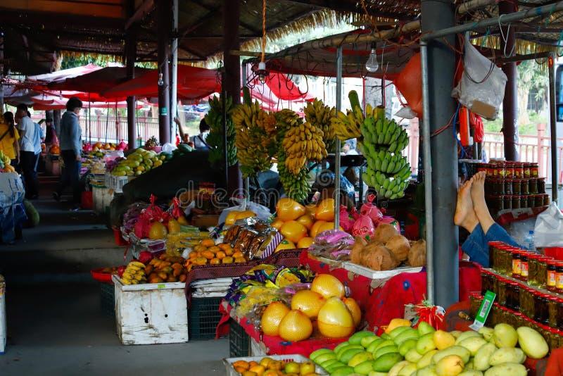 Um mercado de fruto de uma vila ao longo do Red River Yuan River em Yunnan, China imagem de stock