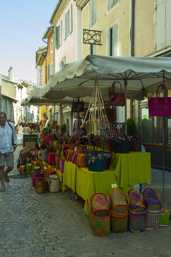 Um mercado de rua exterior ocupado típico da região de Drome de França em um dia de verão quente fotos de stock