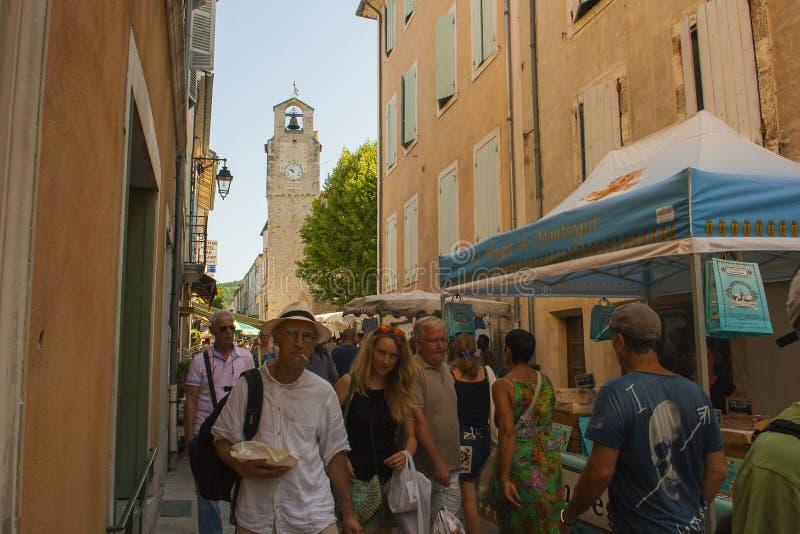 Um mercado de rua exterior ocupado típico da região de Drome de França em um dia de verão quente foto de stock