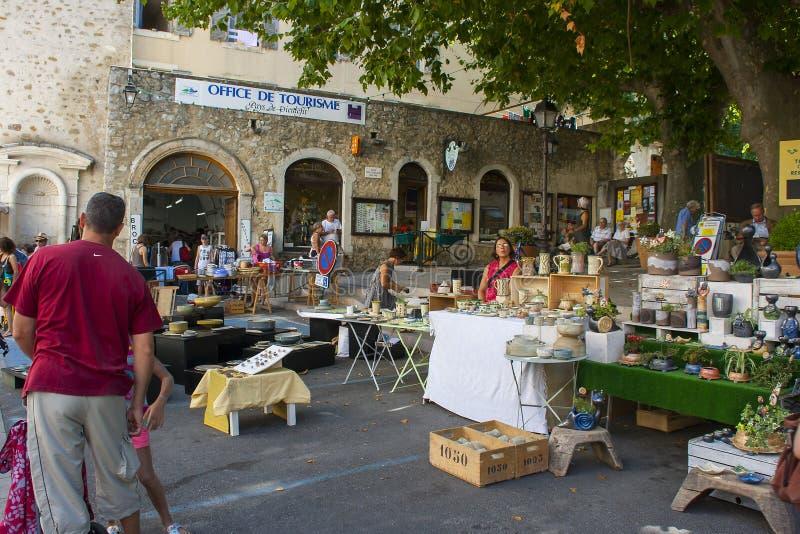 Um mercado de rua exterior ocupado típico da região de Drome de França em um dia de verão quente foto de stock royalty free