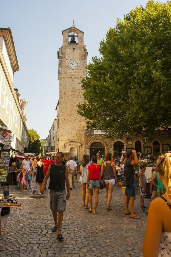 Um mercado de rua exterior ocupado típico da região de Drome de França em um dia de verão quente imagens de stock royalty free
