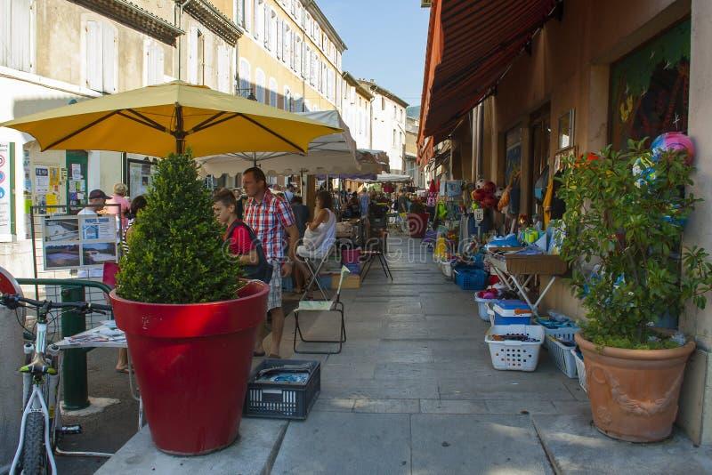 Um mercado de rua exterior ocupado típico da região de Drome de França em um dia de verão quente imagens de stock