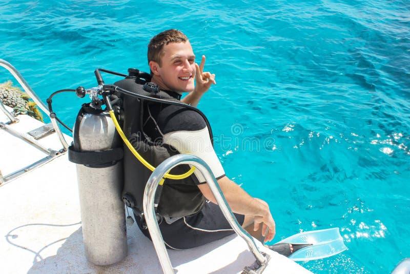 Um mergulhador de mergulhador antes de mergulhar indivíduo no equipamento de mergulho que prepara-se para mergulhar no oceano fotografia de stock