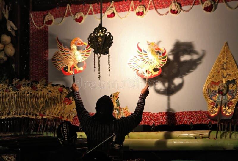 Um mestre (apresentador de marionetas) do fantoche da sombra do Javanese foto de stock