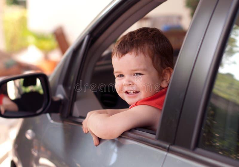 Um miúdo em um carro fotos de stock