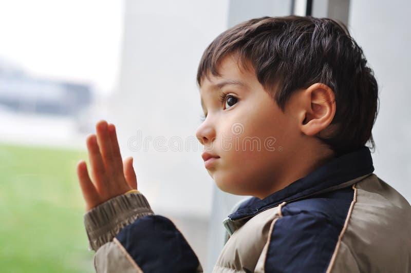 Um miúdo no indicador fotografia de stock