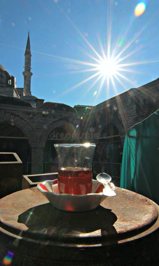 Um minarete e um vidro quente cozinhando do chá em Istambul - ISTAMBUL - TURQUIA imagem de stock royalty free