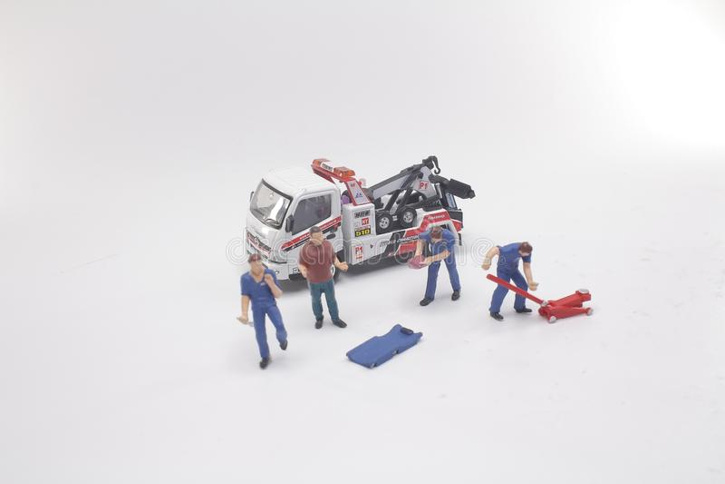 um mini do reparo e do serviço do carro do trabalhador ilustração stock
