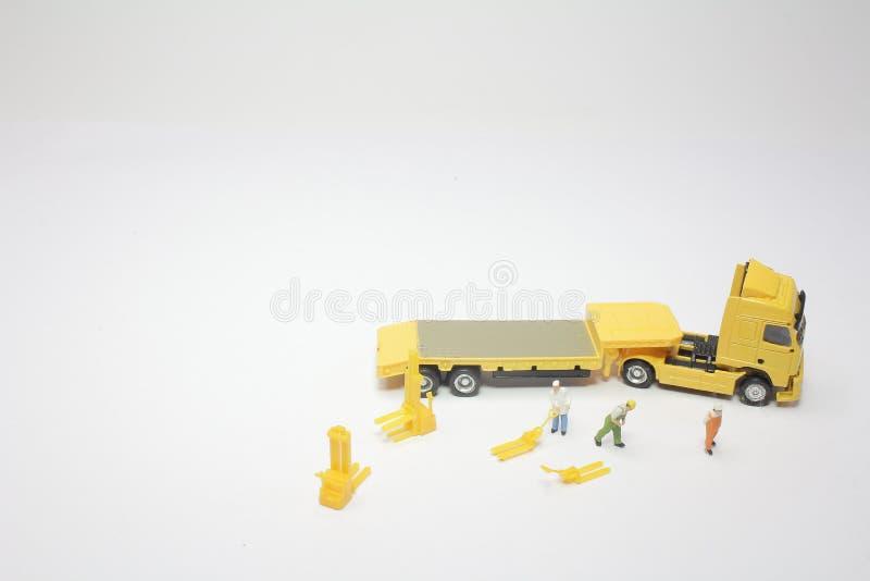 um mini do trabalhador com um caminhão imagem de stock royalty free