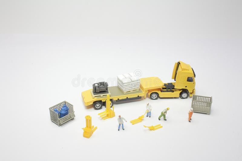 um mini do trabalhador com um caminhão fotos de stock royalty free